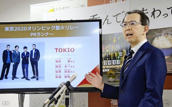 東京五輪の聖火リレーで、福島県内を走るPRランナーに「TOKIO」メンバーの起用を発表する内堀雅雄知事(27日午前、福島県庁)=共同