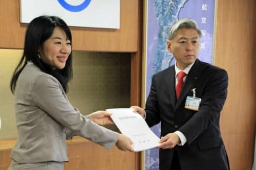 大津市役所で事務引き継ぎする佐藤健司市長(右)と越直美前市長(左)(27日)
