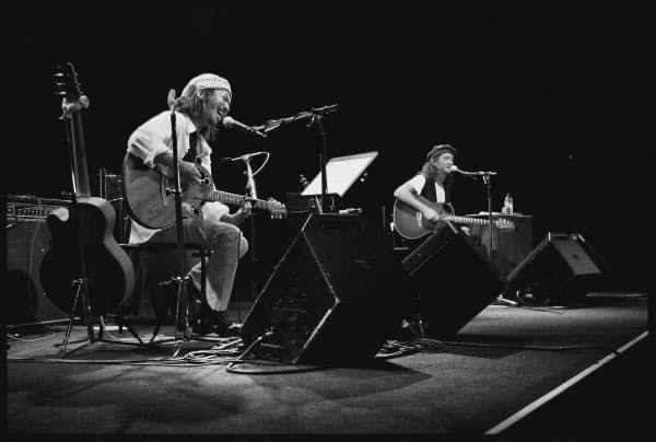 BAHOのライブで演奏する石田長生(左)とChar(1993年)=江戸屋提供