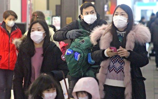 狸小路商店街ではマスクを着けながら観光する訪日客が目立った