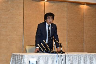 記者会見で謝罪する長沢代表取締役(27日、山形市)