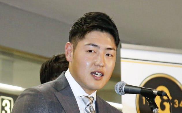 歓迎セレモニーであいさつする巨人・岡本(27日、宮崎空港)=共同