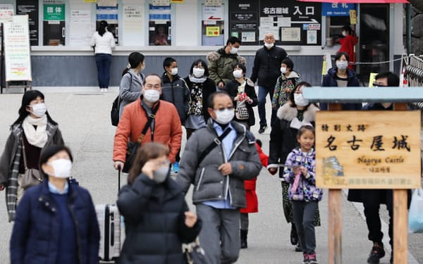 中国人に人気の名古屋城ではマスク姿の観光客が目立つ(27日、名古屋市中区)