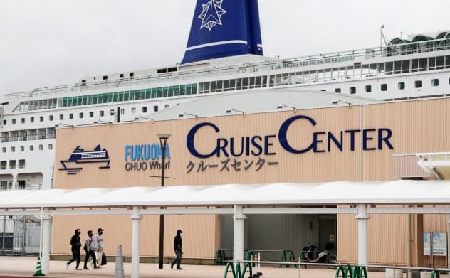 博多港に停泊する上海からのクルーズ客船(27日、福岡市博多区)