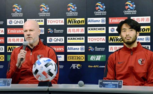 サッカーACL本大会出場を懸けたプレーオフを前に、記者会見する鹿島のザーゴ監督(左)と犬飼(27日、カシマスタジアム)=共同