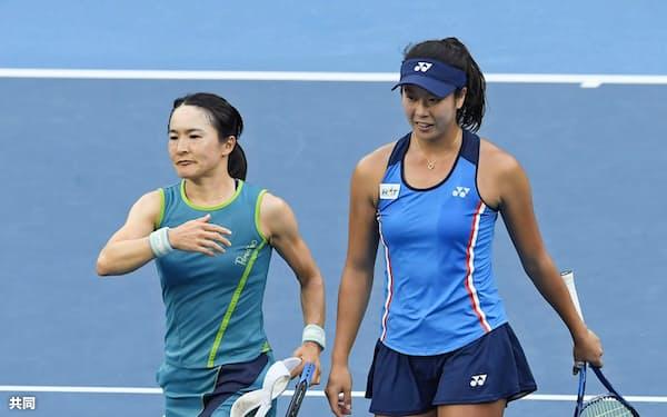 女子ダブルス3回戦で敗退し、肩を落とす青山(左)、柴原組(27日、メルボルン)=共同