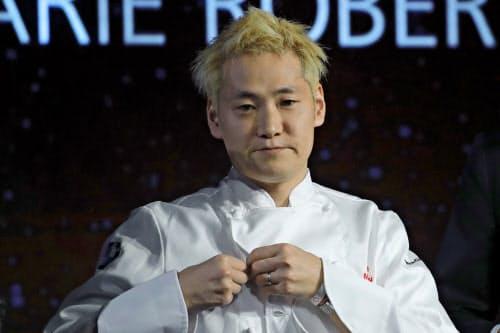 フランスの2020年版ミシュランガイドで三つ星を獲得したレストラン「ケイ」のオーナーシェフ、小林圭さん=AP