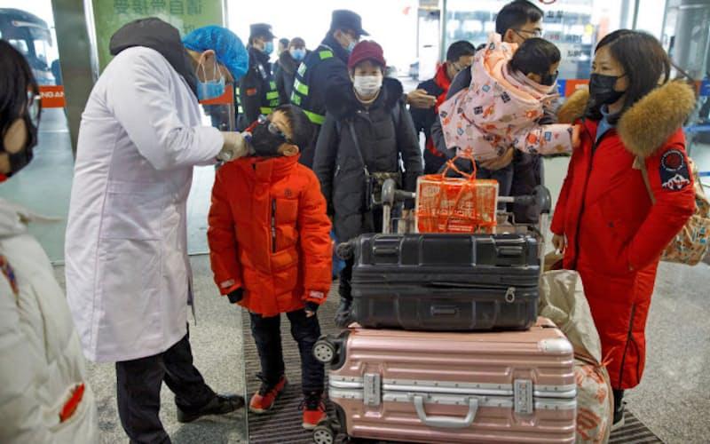 株式市場では旅行客の減少が懸念されている(中国・長沙市の空港、27日)