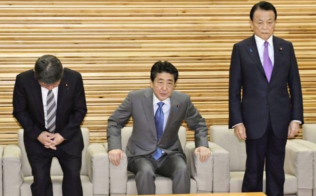 新型コロナウイルスによる肺炎を「指定感染症」などとすることを決めた閣議に臨む(左から)茂木外相、安倍首相、麻生財務相(28日午前、首相官邸)=共同