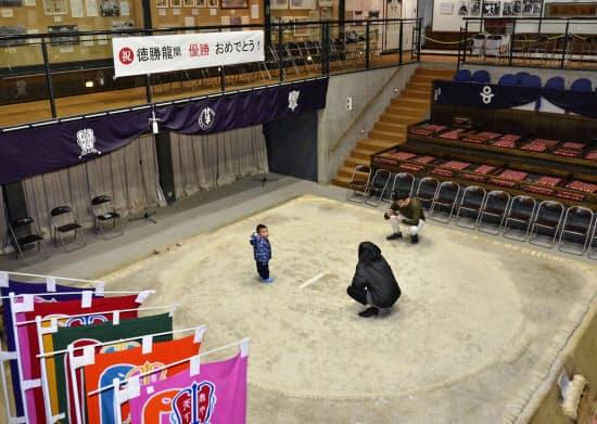 子ども時代の徳勝龍が稽古をした土俵(27日、奈良県葛城市の相撲館「けはや座」)