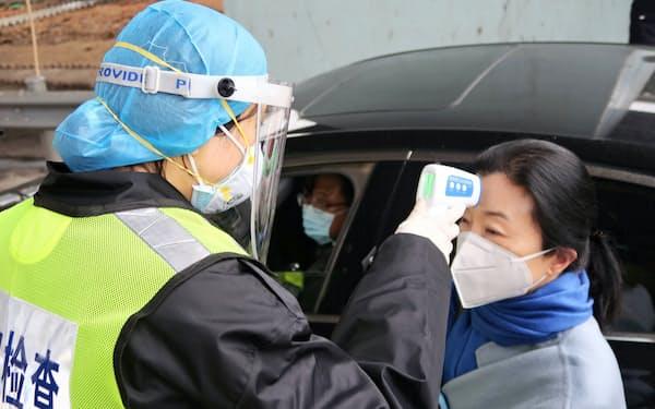 新型コロナウイルスによる肺炎の拡大は、武漢だけで20万件に達するとの試算もある=ロイター