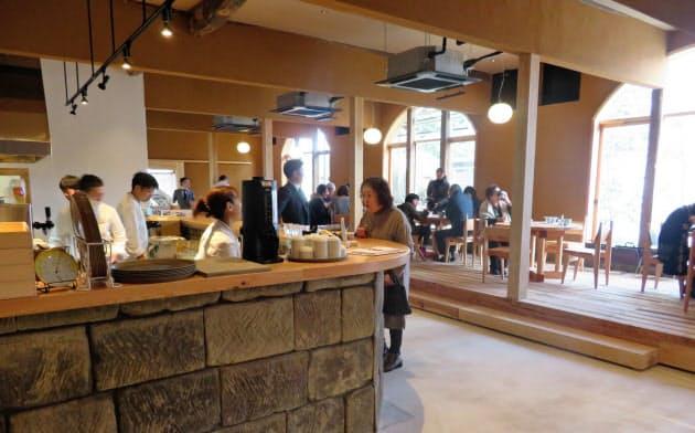 「文吉たまき」は手延べ製法によるうどんを使ったメニューが売り物(25日、地元住民らを招いての試食会)