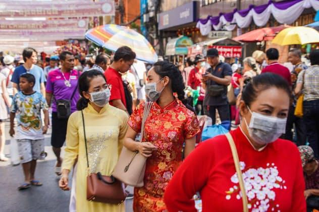 中国人観光客が多く訪れるバンコクのチャイナタウンではマスク姿の人が目立つ(26日)=小高顕撮影
