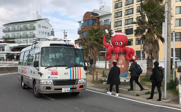 マイクロバスを使い、約3.6キロメートルの公道を自動運転で走った(25日、愛知・日間賀島)