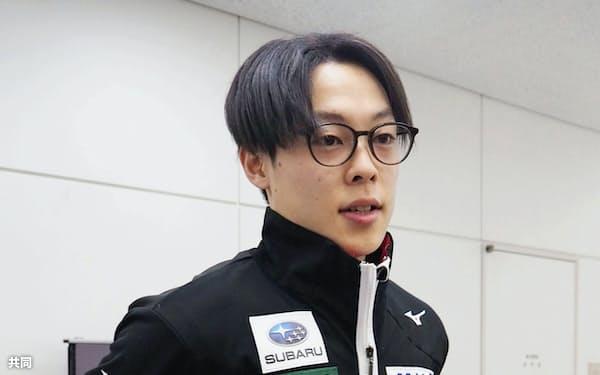 帰国し取材に応じる小林陵侑(28日、成田空港)=共同
