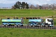 フォンテラはNZ乳業最大手(生乳を集荷するトラック)=ロイター