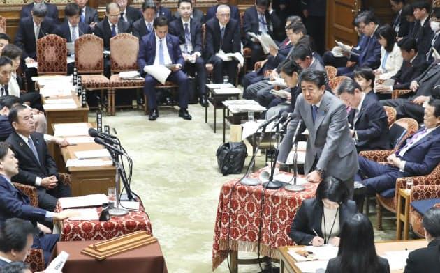 衆院予算委で答弁する安倍首相(28日)