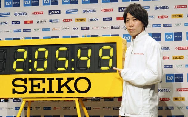 マラソンの日本記録更新に意欲を示す設楽悠太(28日、東京都港区)=共同