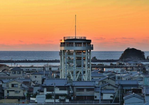 巨大津波に備え高さ22メートルの避難タワーがそびえる(高知県黒潮町)