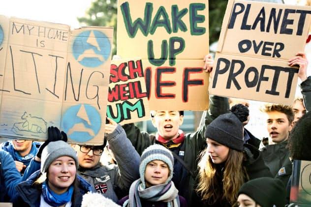 世界経済フォーラム(ダボス会議)でも環境問題を訴える若者たちがデモ行進した(AP)