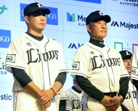 出陣式に参加した西武の松坂(左)。右は辻監督(28日、埼玉県所沢市)=共同