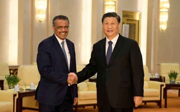 中国の習近平主席と会談するWHOのテドロス事務局長(28日、北京)=ロイター