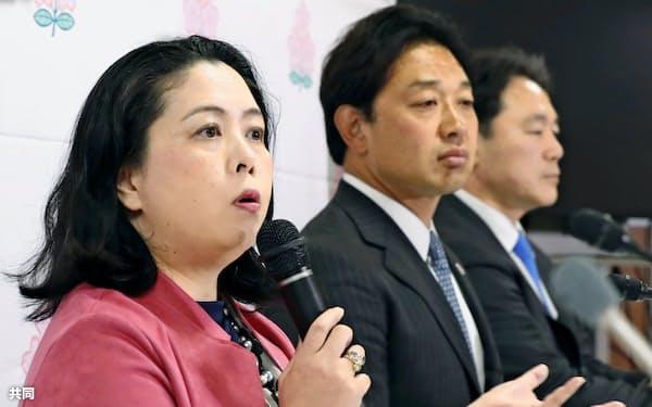 ラグビー新リーグについて記者会見する日本ラグビー協会の谷口真由美理事(左)ら=共同