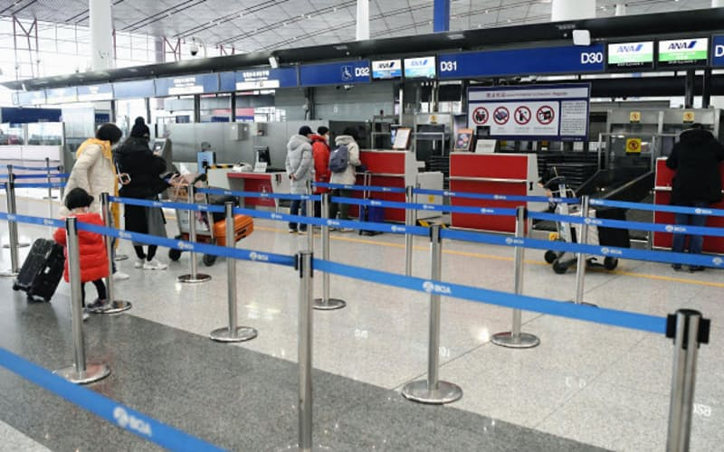 北京や上海などにも運航停止が広がる(27日、北京首都国際空港)=共同