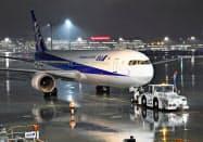 中国湖北省の武漢に滞在する邦人を帰国させるため、羽田空港を出発するチャーター機=28日夜