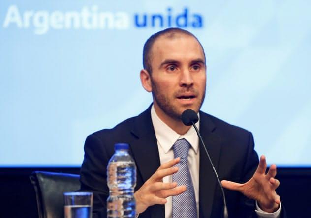 アルゼンチンのグスマン経済相(19年12月、ブエノスアイレス)=ロイター