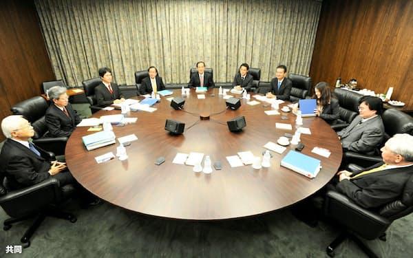 金融政策決定会合に臨む白川総裁(中央)ら(2009年10月14日、日銀本店)=共同