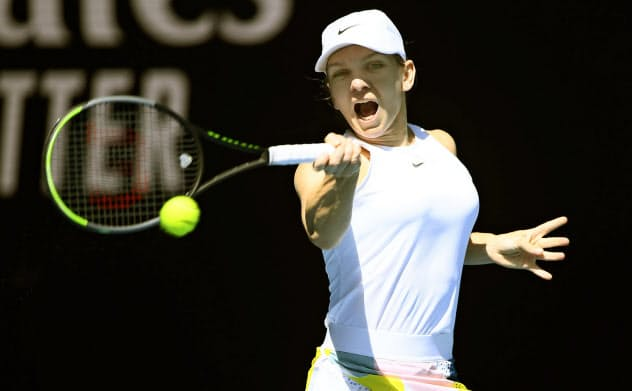女子シングルス準々決勝でプレーするシモナ・ハレプ(29日、メルボルン)=共同