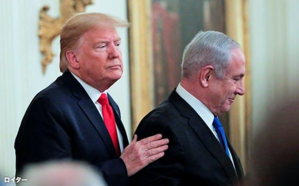 28日、ホワイトハウスで中東和平案の発表に臨んだトランプ米大統領(左)とネタニヤフ・イスラエル首相=ロイター