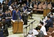 参院予算委で蓮舫氏(右手前から2人目)の質問に答弁する安倍首相=29日午前