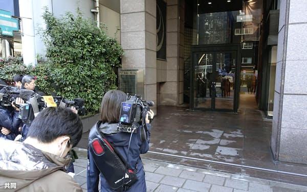 東京地検が家宅捜索に入った弘中惇一郎弁護士の事務所が入るビル(29日午後、東京都千代田区)=共同