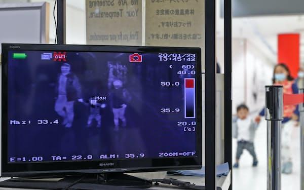 中国湖北省武漢市から到着した乗客らの体温をチェックする成田空港検疫所のモニター