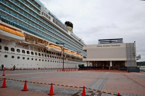 那覇港のクルーズ船ターミナル(右)周辺は閑散(29日、那覇市)