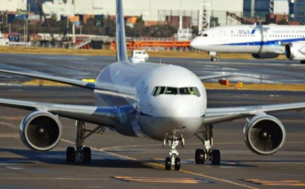 邦人を乗せて中国・武漢から到着した日本政府の全日空チャーター機(29日午前、羽田空港)=共同