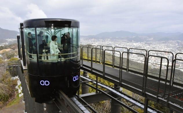 長崎市の稲佐山に新設されたスロープカー(29日)=共同