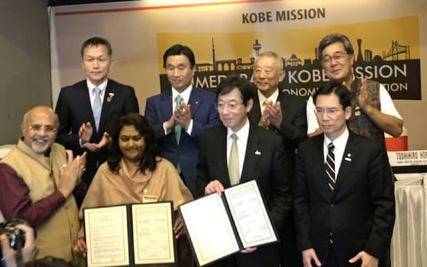 アーメダバード市を訪問した神戸市の久元喜造市長(手前右から2番目)ら=神戸市提供