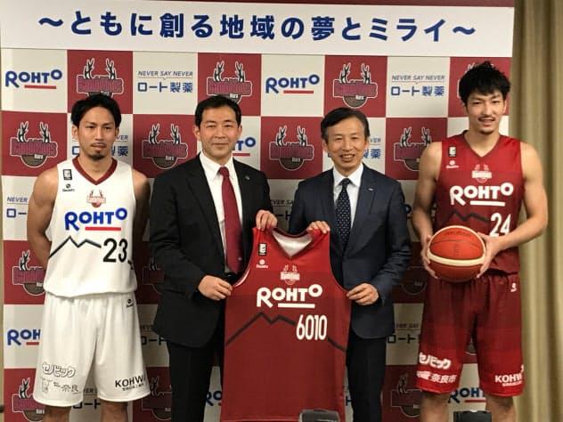 B2バンビシャス奈良のユニホームにロート製薬のロゴが入る(29日、奈良県庁)