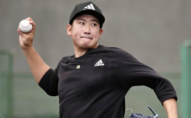 ブルペンで投球練習する巨人・菅野(29日、宮崎市)=共同