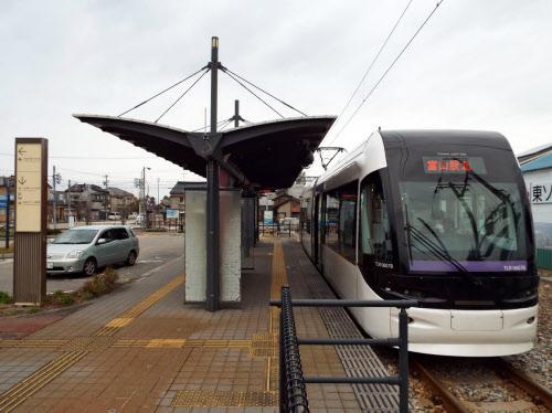 富山市のLRT「ポートラム」ではホームから直接、路線バスや自動車に楽に乗り継げる(富山市の岩瀬浜にある停留場)