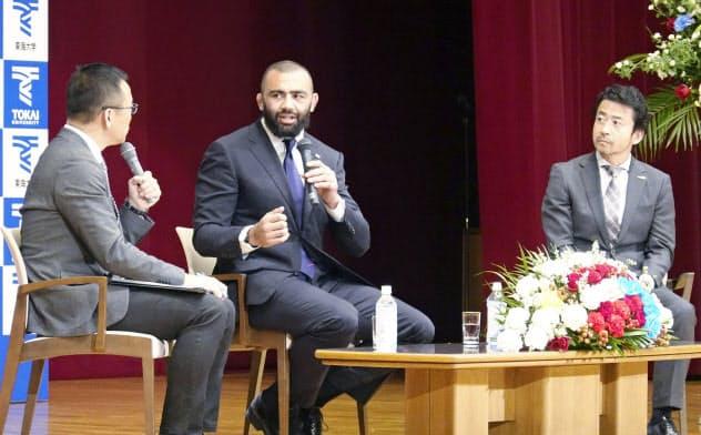 母校東海大でのイベントで話すラグビー日本代表のリーチ・マイケル=中央(29日午後、神奈川県平塚市)=共同