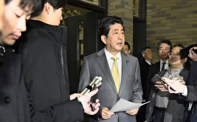 希望者全員を帰国させる考えを表明する安倍首相(26日午後、首相公邸)=共同
