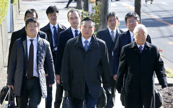 大阪高裁に入る泉佐野市の千代松市長(手前中央)ら(30日午前)