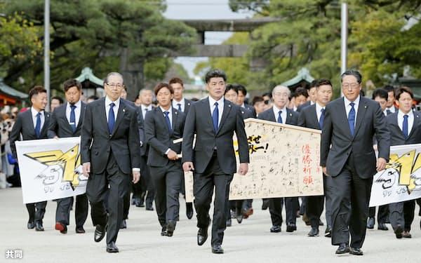 必勝祈願のため筥崎宮を訪れたソフトバンクの工藤監督(手前中央)、王球団会長(同左)と選手ら(30日、福岡市)=共同