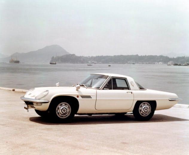 マツダ初のロータリーエンジン搭載車「コスモスポーツ」を1967年に発売