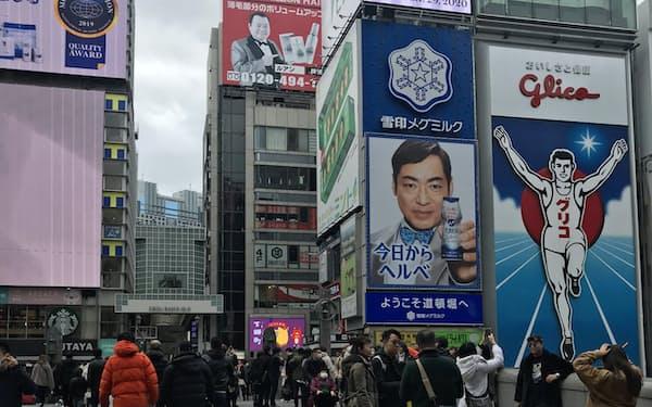 団体旅行禁止で中国人客が減った大阪・道頓堀。たこ焼き店の店員によると「中国人客は3割減」だという