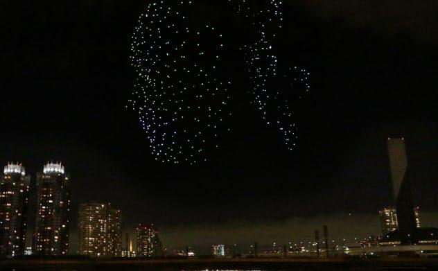 東京モーターショーの会場で披露されたドローンショー(19年10月、東京都江東区)